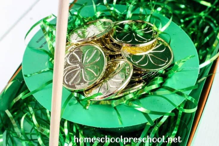 Your kids will have a blast trying to catch a leprechaun this St. Patrick's Day with a leprechaun trap they can build themselves! | @homeschlprek