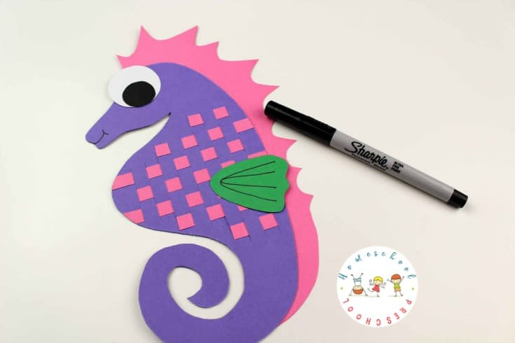 Inspired by the ocean and perfect for summer! Kids can make this adorable seahorse art project with colored paper and bubble wrap. Perfect to do alongside Mr. Seahorse by Eric Carle.